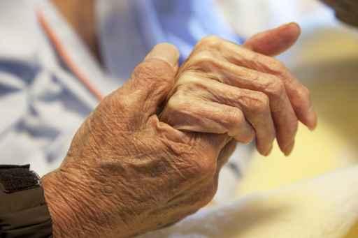 高齢者の手